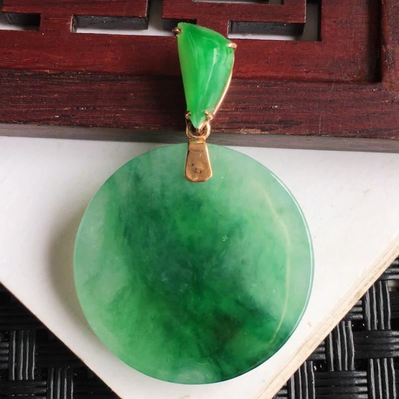 天然翡翠A货18k金镶嵌满绿素面牌吊坠,整体尺寸:34.9/23.7/3.6mm,玉质细腻,上身效果