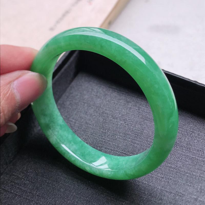 正圈57,缅甸天然翡翠好种手镯,尺寸 : 57*12.5*7.8,玉质细腻水润 ,满绿 ,条形漂亮,