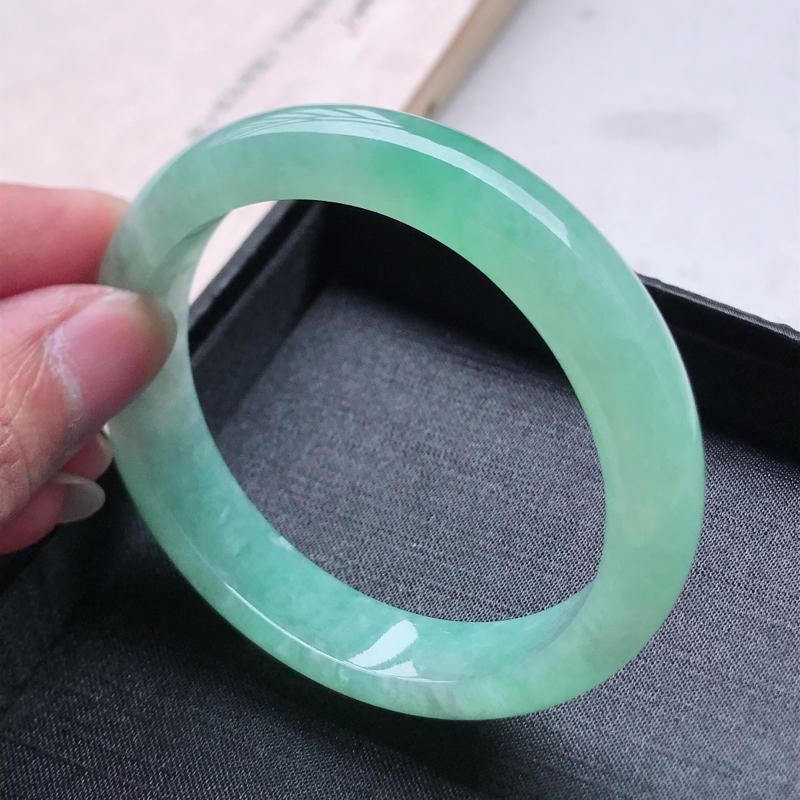 正圈58.4,缅甸天然翡翠好种手镯,尺寸 :58.4*13*8.6 ,玉质细腻水润 , 飘绿,条形漂