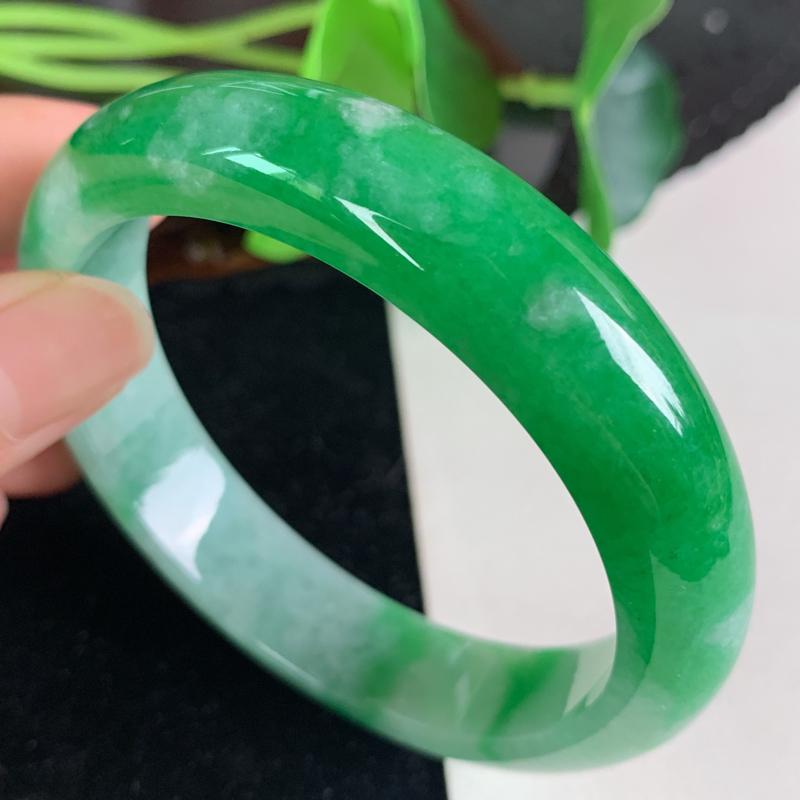 缅甸a货翡翠,阳绿正圈手镯56.3mm 玉质细腻,颜色艳丽,条形大方得体,佩戴效果更好