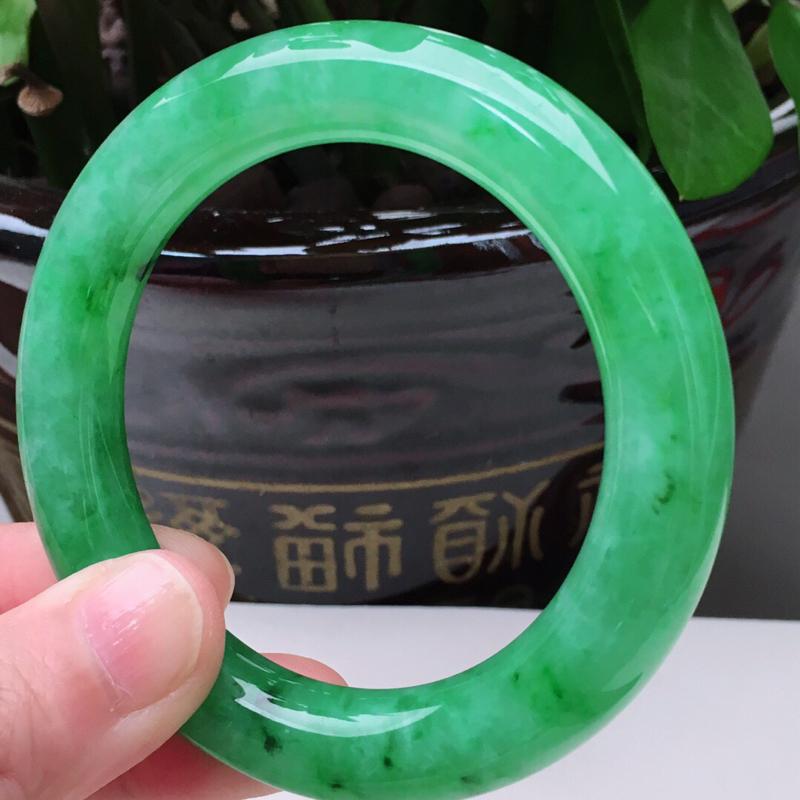 57.0圈口老坑满绿圆条翡翠手镯,圆润饱满,57.0*11.8mm,重80.36g
