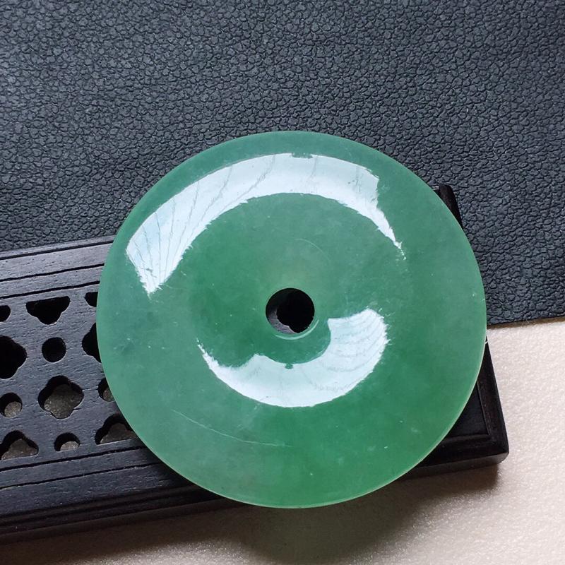 缅甸翡翠带绿平安扣吊坠,自然光实拍,颜色漂亮,玉质莹润,佩戴佳品,尺寸:33.4*5.4mm,重12