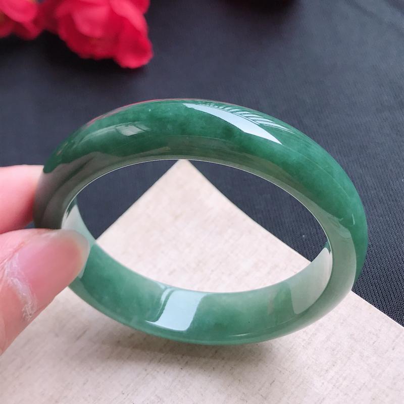 正圈55.3,缅甸天然翡翠好种手镯,尺寸 :55.3*13.5*8 ,玉质细腻水润 ,满色,条形漂亮