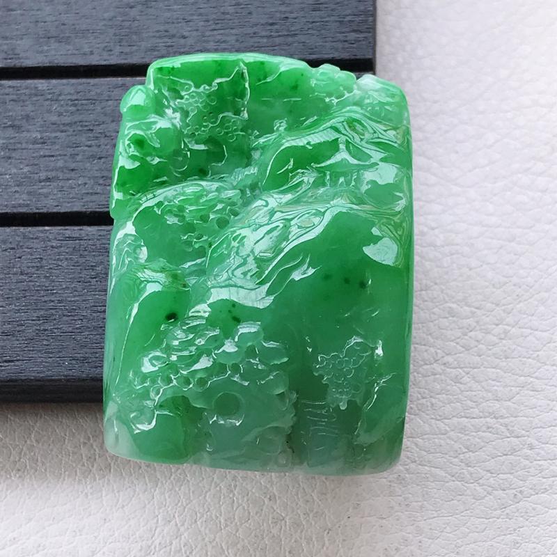 翡翠A货,糯货种阳绿山水牌吊坠,玉质细腻,上身高贵,尺寸46.1/31.5/14mm