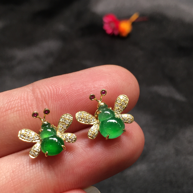 一对阳绿耳钉,完美色阳,底庄细腻,18K金南非真钻镶嵌,性价比高,推荐,尺寸11.2*12.8*4.