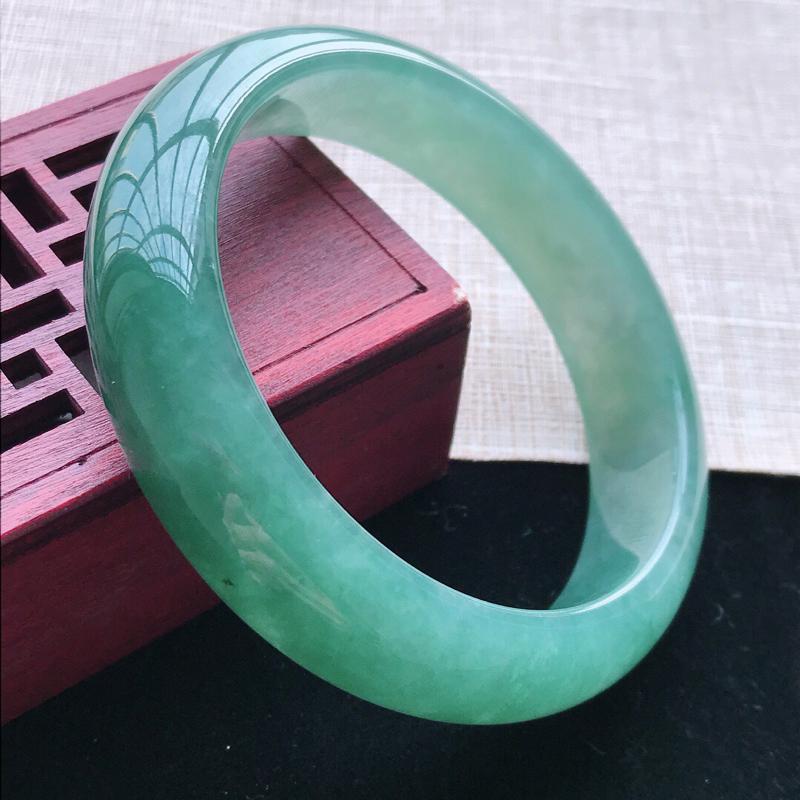 正圈:56。天然翡翠A货。老坑糯化种满绿色手镯。玉质细腻,佩戴清秀优雅。尺寸:56*14.5*8mm