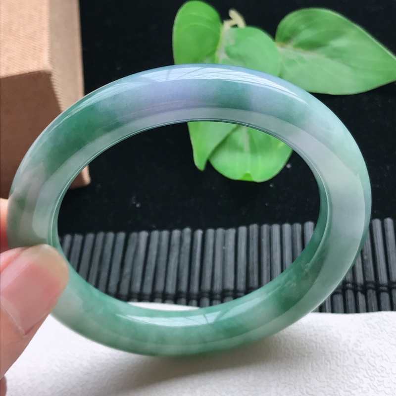 圆条58.8、缅甸天然翡翠A货手镯,尺寸:58.8*12*11,质地细腻,种老,莹润春彩,颜色漂亮。
