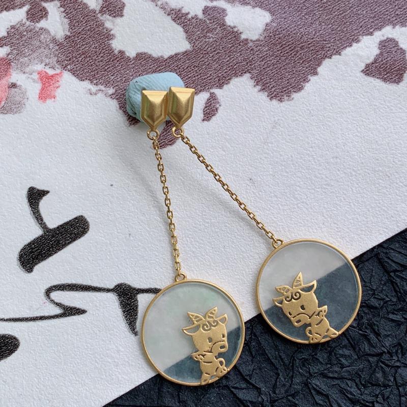 天然翡翠A货镶嵌18K金白冰特色生肖牛耳坠,含金尺寸:45.6*15.7*3mm ,裸石尺寸:直径1