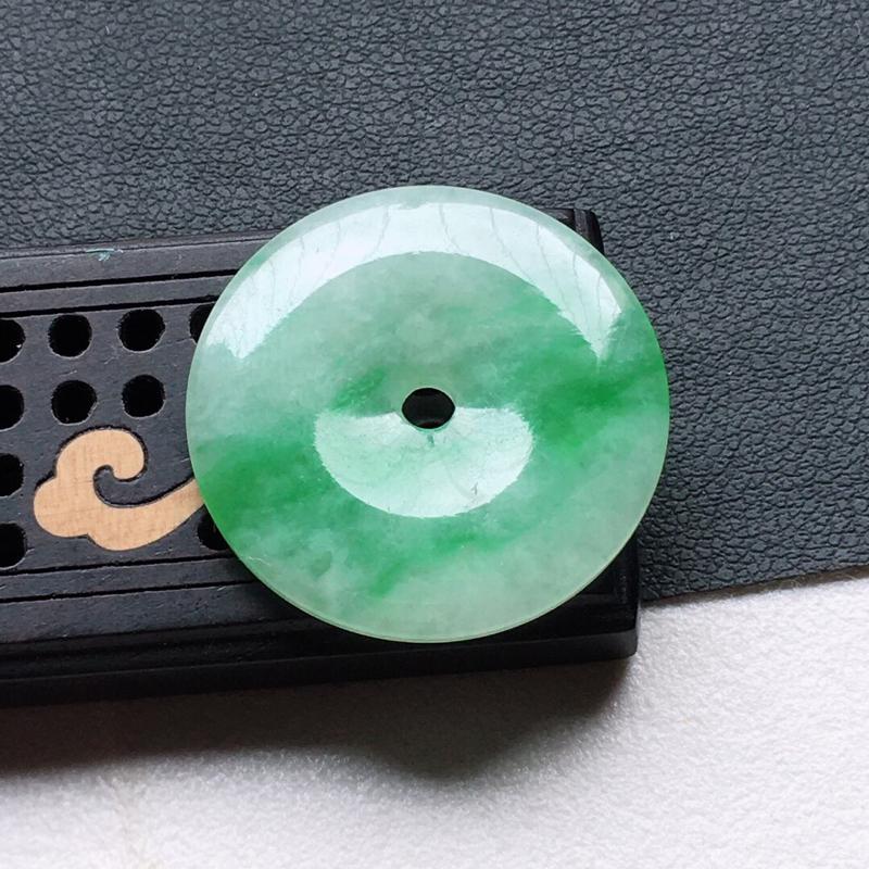 缅甸翡翠带绿平安扣吊坠,自然光实拍,颜色漂亮,玉质莹润,佩戴佳品,尺寸:24.8*3.7*mm,重4
