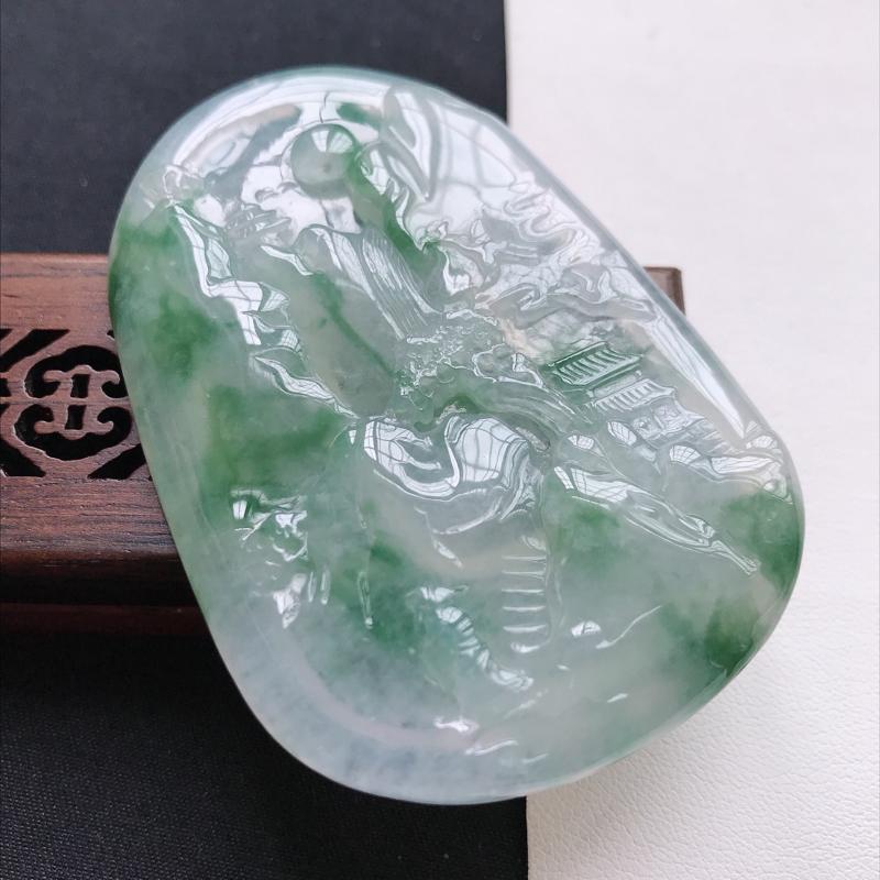 天然翡翠A货冰糯种飘绿精美山水牌吊坠,尺寸64.9-44.4-6.5mm,玉质细腻,种水好 上身效果