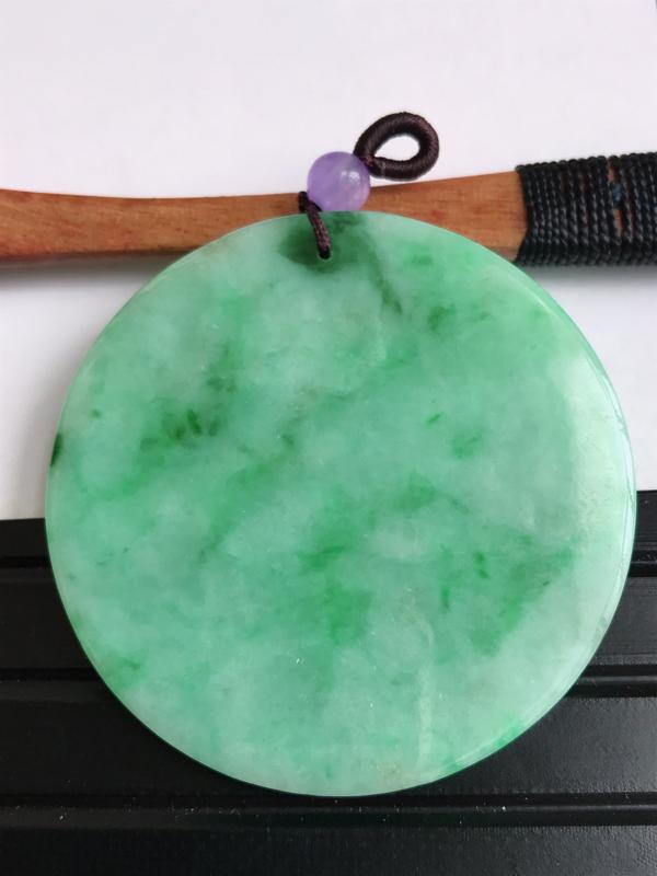 缅甸天然老坑翡翠A货飘阳绿无事牌吊坠,尺寸54.6*4.3,料子细腻,顶珠为装饰品