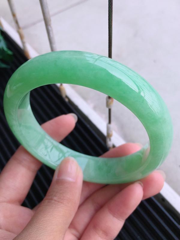 圈口:58.1,天然翡翠A货糯化种贵妃满绿宽边手镯,尺寸:58.1/14.1/8.6mm,玉质细腻,