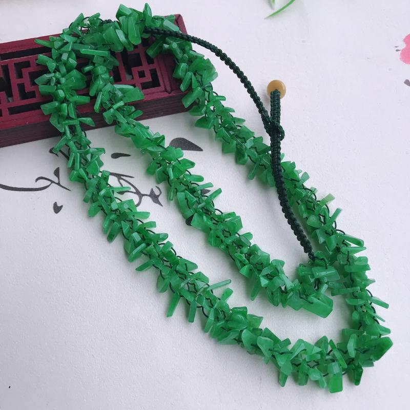 翡翠满绿碎碎平安项链,岁岁平安玉石毛衣链,色泽鲜艳夺目,寓意吉祥,手工编制,玉石总长约565mm