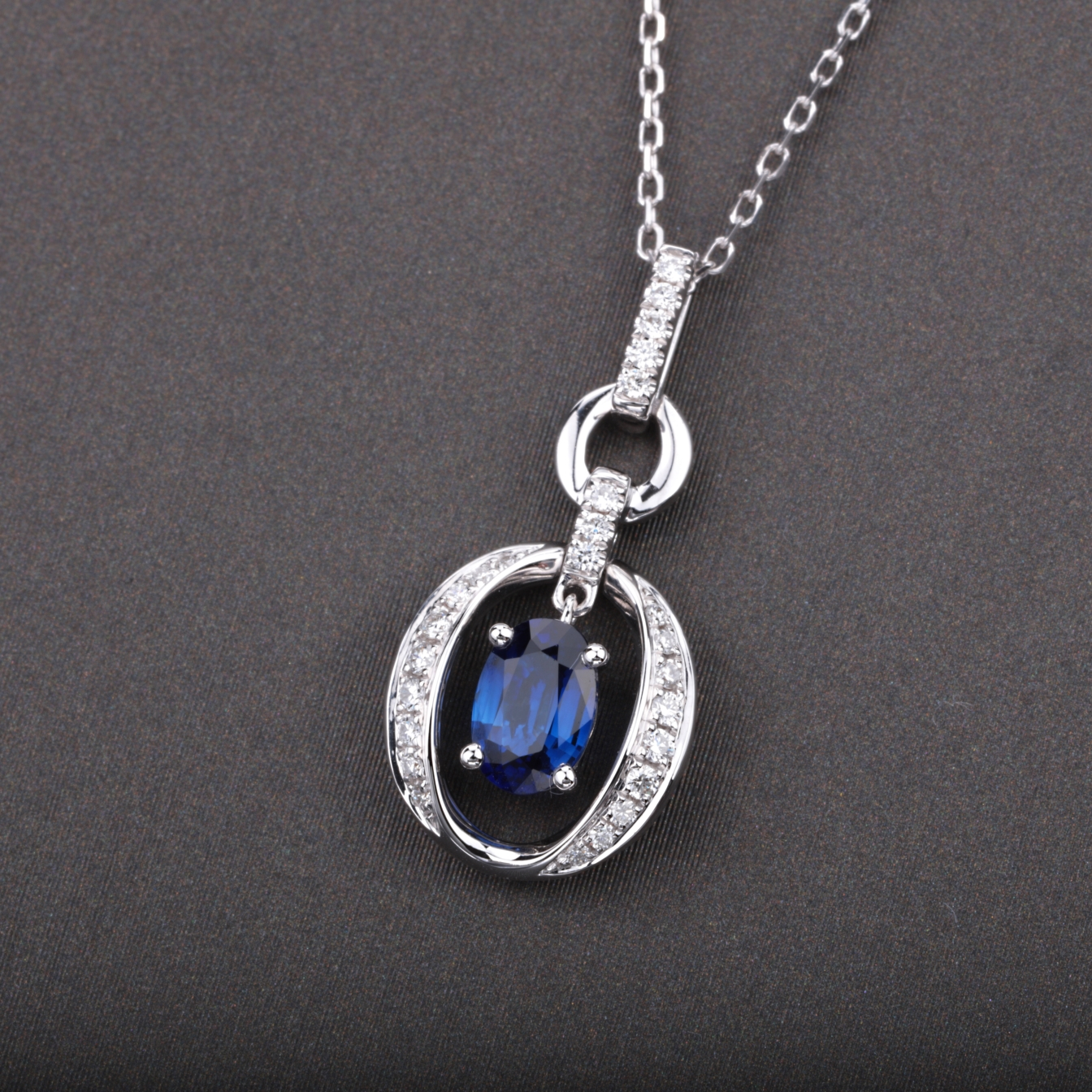 【吊坠】18k金+蓝宝石+钻石  宝石颜色纯正(不含链子) 货重:1.76g  主石:0.54ct