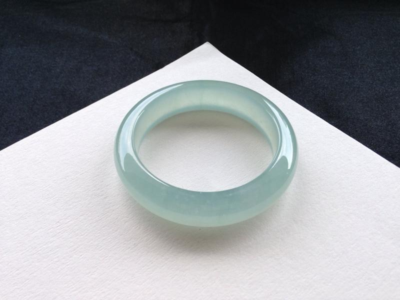 晴水正圈手镯,54圈口,品质料,种水一流,冰莹剔透,胶感十足,色泽均匀清新,无纹裂