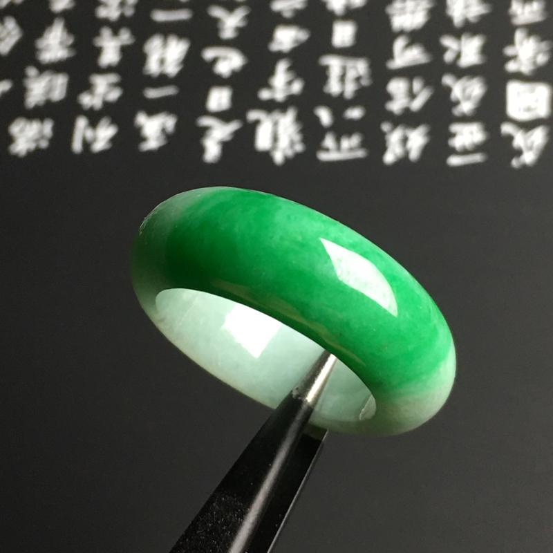 糯种带色指环 外径28.1宽8.8厚4.5毫米 质地细腻 翠色艳丽