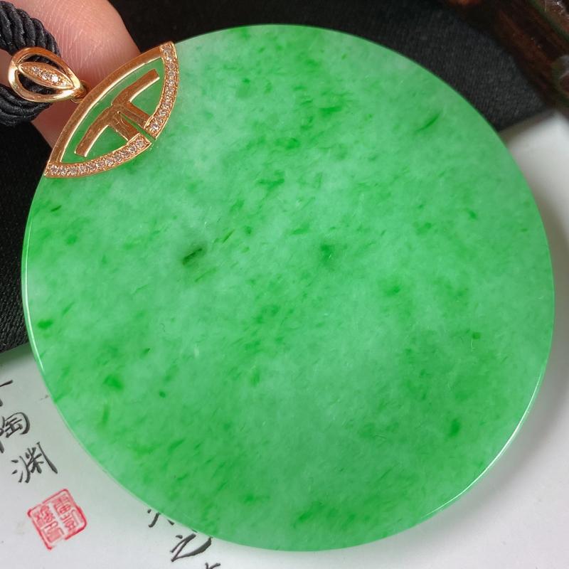 缅甸a货翡翠,18k金伴钻满绿无事牌挂件,玉质细腻,颜色艳丽,佩戴效果非常不错,整体62.3_53.