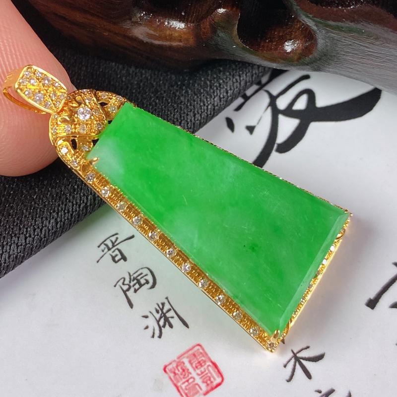 缅甸a货翡翠,18k金伴钻满绿无事牌挂件,玉质细腻,颜色艳丽,佩戴效果更好,整体36_16.3_5.