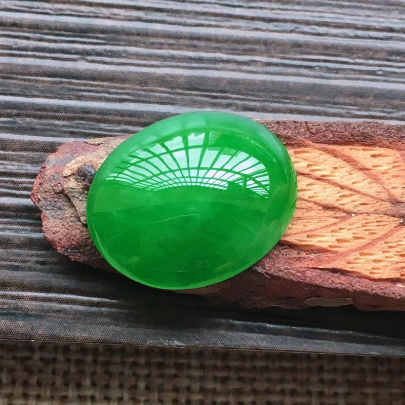 【自然光实拍,缅甸a货翡翠,辣绿大蛋面,颜色漂亮,水润玉质细腻,雕刻精细,大个饱满,品相佳,镶嵌佳品。】图6