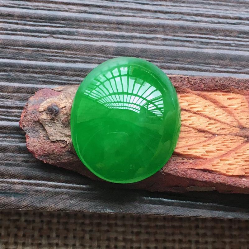 【自然光实拍,缅甸a货翡翠,辣绿大蛋面,颜色漂亮,水润玉质细腻,雕刻精细,大个饱满,品相佳,镶嵌佳品。】图7