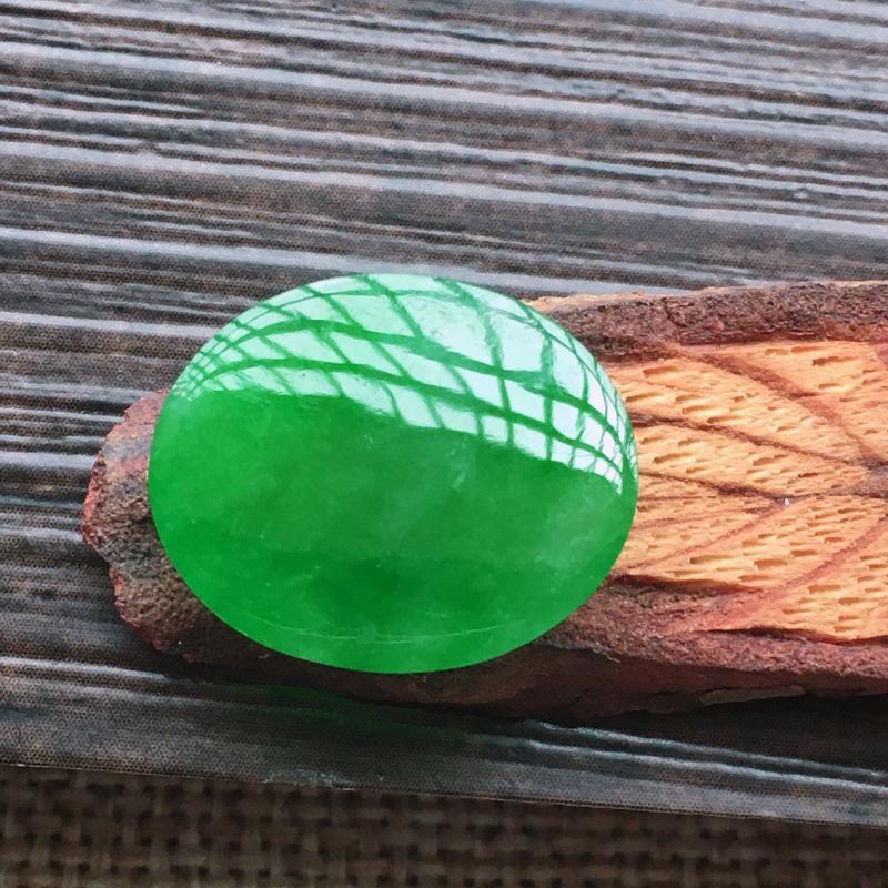 【自然光实拍,缅甸a货翡翠,辣绿大蛋面,颜色漂亮,水润玉质细腻,雕刻精细,大个饱满,品相佳,镶嵌佳品。】图8