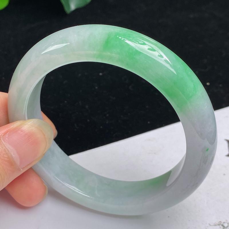 缅甸a货翡翠,水润飘绿正圈手镯58mm 玉质细腻,水润飘绿,条形大方得体,佩戴效果更好