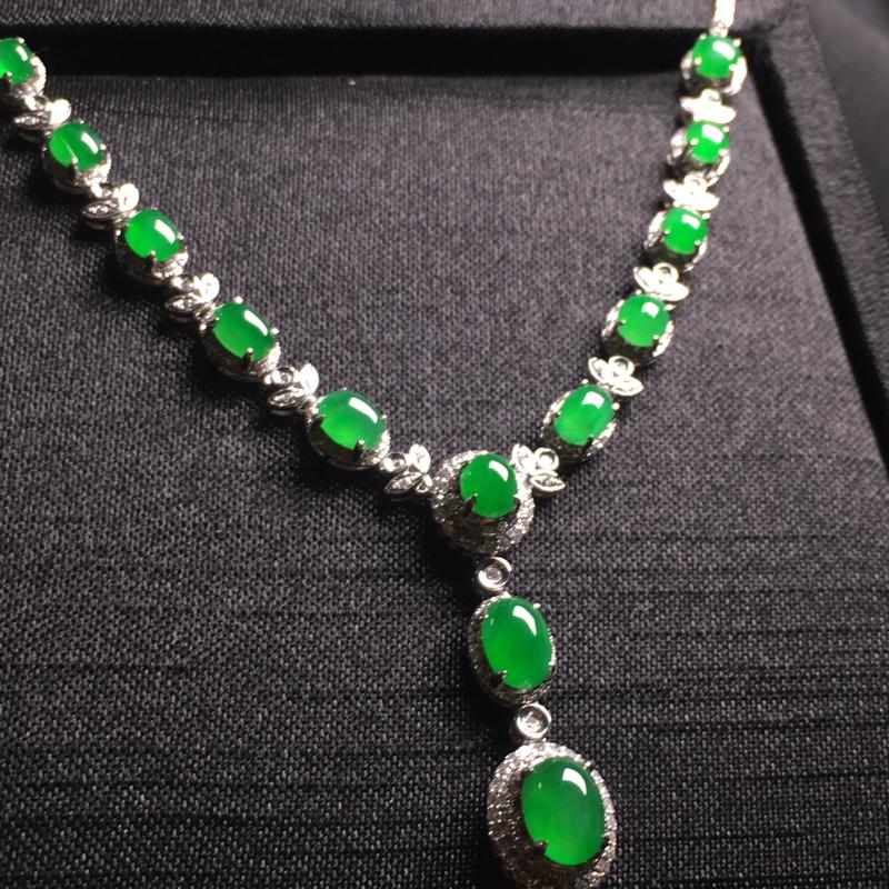 阳绿小蛋面项链 精致时尚 翠色甜美 色泽浓郁 冰润剔透 佩戴完美 裸石:7*5*3,4*3*2,整体