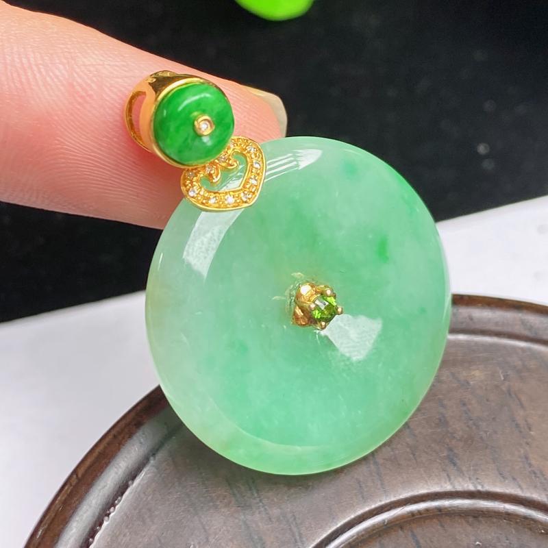 缅甸a货翡翠,18k金伴钻满绿平安扣吊坠,玉质细腻,颜色艳丽,有种有色,佩戴效果更好