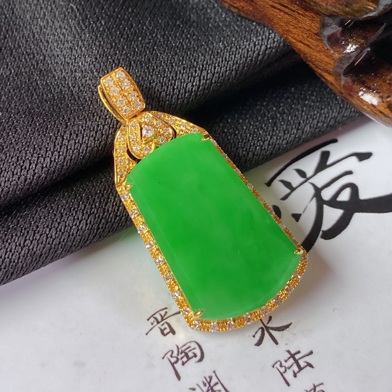 缅甸a货翡翠,18k金伴钻满绿无事牌挂件,玉质细腻,颜色艳丽,有种有色,佩戴效果更佳,整体30.7_