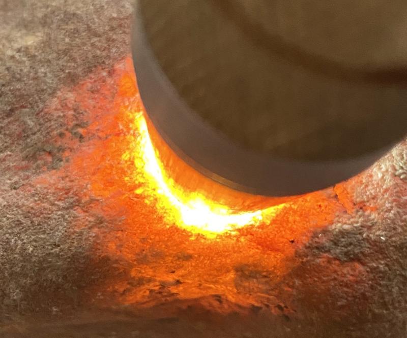 #矿区新货来袭#  【名称】1.8公斤木那全赌料       【重量】1.8公斤       【尺寸】140*90*50mm       【产地】缅甸新货翡翠原石       【描述】《免费切,免费盖手镯,免费开窗》木那全赌料,打灯通透,种老到家,水头十足,老皮壳沙粒均匀细腻,品相完整,有手镯位,喜欢的老板来