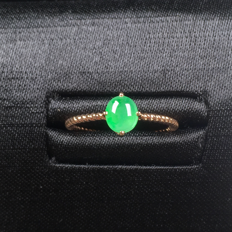 翡翠a货,甜绿蛋面戒指💍,18k金镶嵌,麻花戒臂,尽显精致小巧