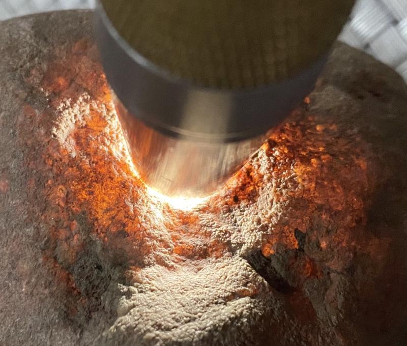 #矿区新货来袭#  【名称】2.1公斤老坑木那全赌料       【重量】2.1公斤       【尺寸】140*100*70mm       【产地】缅甸新货翡翠原石       【描述】《免费切,免费盖手镯,免费开窗》老坑木那全赌料,打灯通透,种老到家,水头十足,老皮壳沙粒均匀细腻,有手镯位,喜欢的老板来