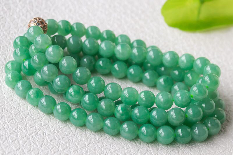 翡翠圆珠项链,质地细腻,色泽鲜艳均匀,清新甜润的绿底色,亮丽夺目,佩戴大气百搭,珠子卡6.8,共10