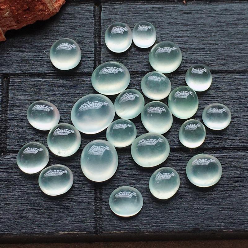 自然光实拍,缅甸a货翡翠,冰种蛋面23颗,种好通透,淡淡底色,水润细腻,镶嵌佳品,包金8.5*7*4