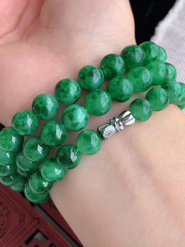 老坑胶感满绿珠串项链,尺寸67颗x8.3mm重量63.10g 色泽均匀,珠圆玉润
