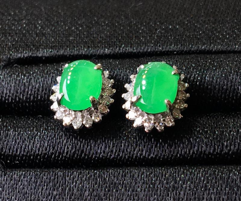 翡翠a货,晴绿蛋面耳坠,18k金伴钻镶嵌,种水好,佩戴精美,性价比高,整体尺寸7.9*6.7*5.3
