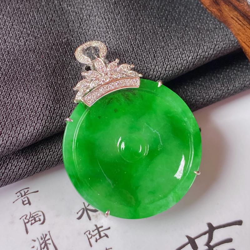缅甸a货翡翠,18k金伴钻阳绿无事牌挂件,玉质细腻,颜色艳丽,有种有色,佩戴效果更好,整体31.7_