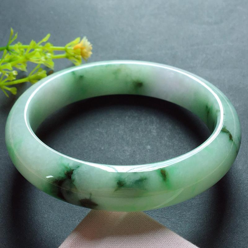 细糯种飘绿翡翠平安镯57#,种水俱佳,厚实耐看,有韵味,耐看有特色