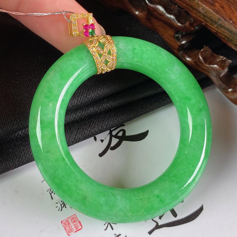 缅甸a货翡翠,18k金伴钻满绿平安环挂件,玉质细腻,颜色艳丽,圆润饱满,佩戴效果更好,整体61.7_