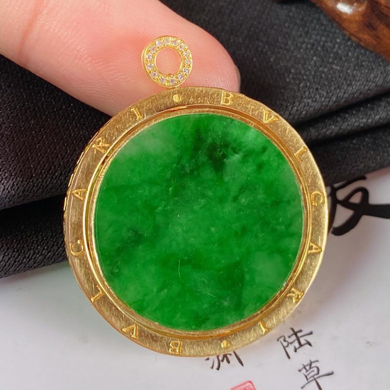 缅甸a货翡翠,18k金伴钻满绿无事牌挂件,玉质细腻,颜色艳丽,有种有色,佩戴效果更佳,整体36.4_