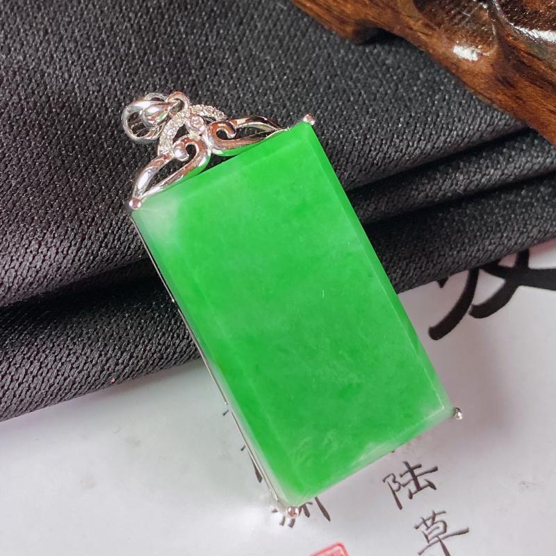 缅甸a货翡翠,18k金伴钻满绿无事牌挂件,玉质细腻,颜色艳丽,佩戴效果更佳,整体35.3_15.5_