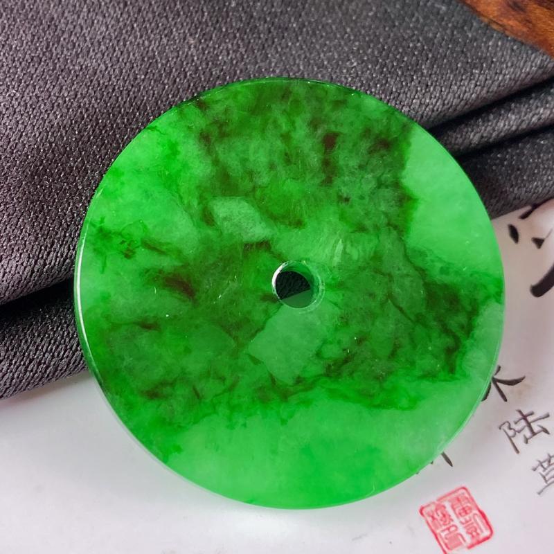 缅甸a货翡翠,水润满绿平安扣吊坠,玉质细腻,颜色艳丽,圆润饱满,佩戴效果更好