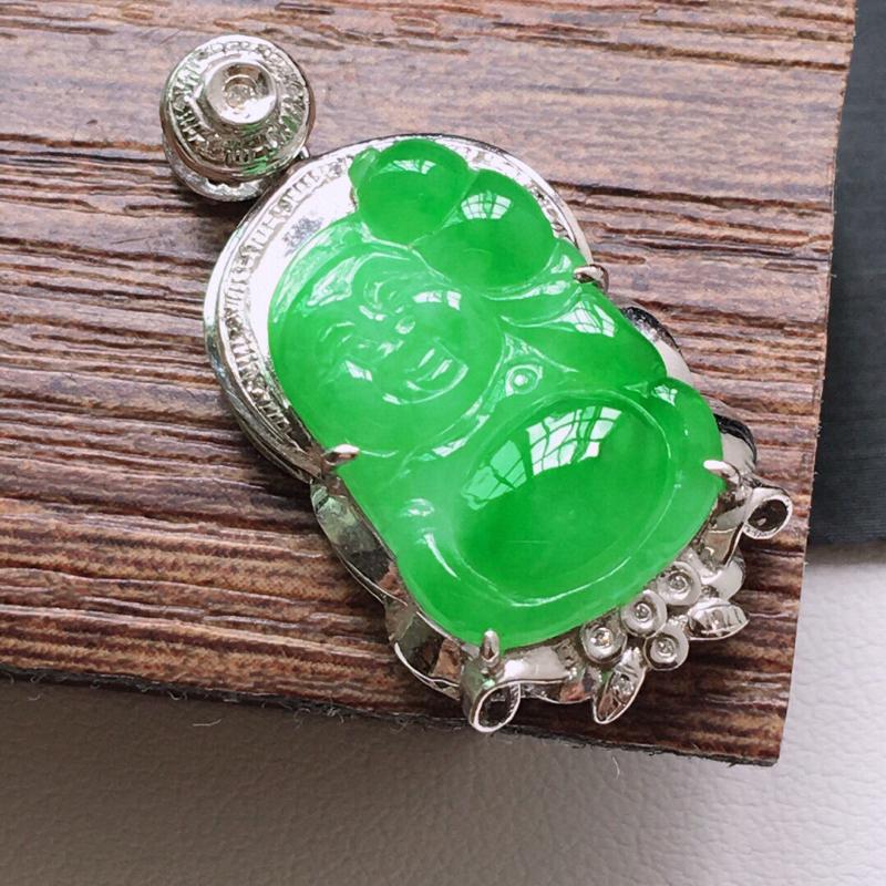 糯化种18K金伴钻满绿色佛公吊坠。缅甸天然翡翠A货. 品相好,料子细腻,雕工精美。尺寸:29*14.