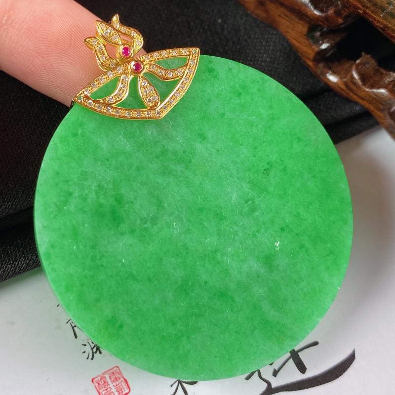缅甸a货翡翠,18k金伴钻满绿无事牌挂件,玉质细腻,颜色艳丽,有种有色,寓意佳,佩戴效果更佳,整体5
