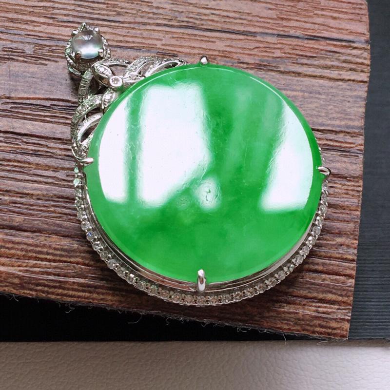 糯化种18K金伴钻满绿色素面牌吊坠。缅甸天然翡翠A货. 品相好,料子细腻,雕工精美。尺寸:33*24
