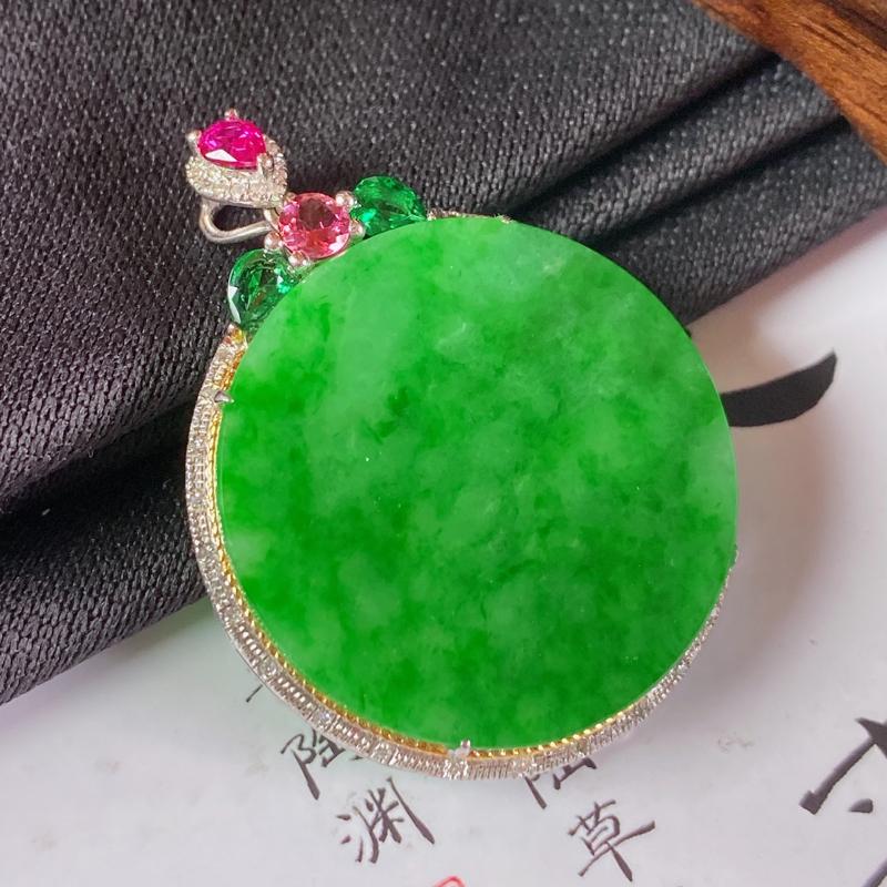 缅甸a货翡翠,18k金伴钻满绿无事牌挂件,玉质细腻,颜色艳丽,圆润光滑,佩戴效果更好,整体36.4_