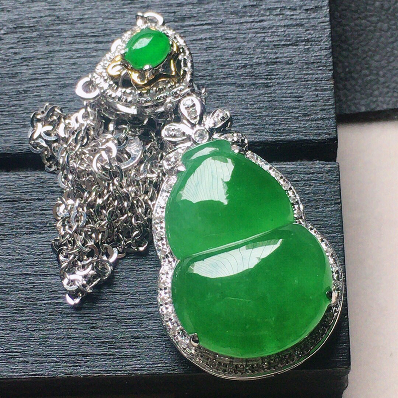 缅甸翡翠18k金伴钻镶嵌满绿葫芦项链,自然光实拍,颜色漂亮,玉质莹润,佩戴佳品,包金尺寸:32.9*