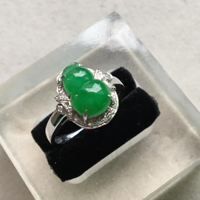 缅甸翡翠A货,葫芦戒指,上手效果非常美,色辣,一生平平安安,喜欢的赶紧,下单要咨询。