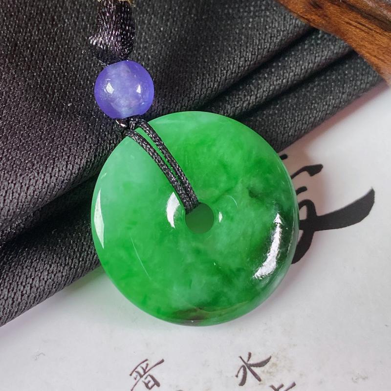 缅甸a货翡翠,水润阳绿平安扣吊坠,玉质细腻,颜色艳丽,佩戴效果更好,顶珠为装饰