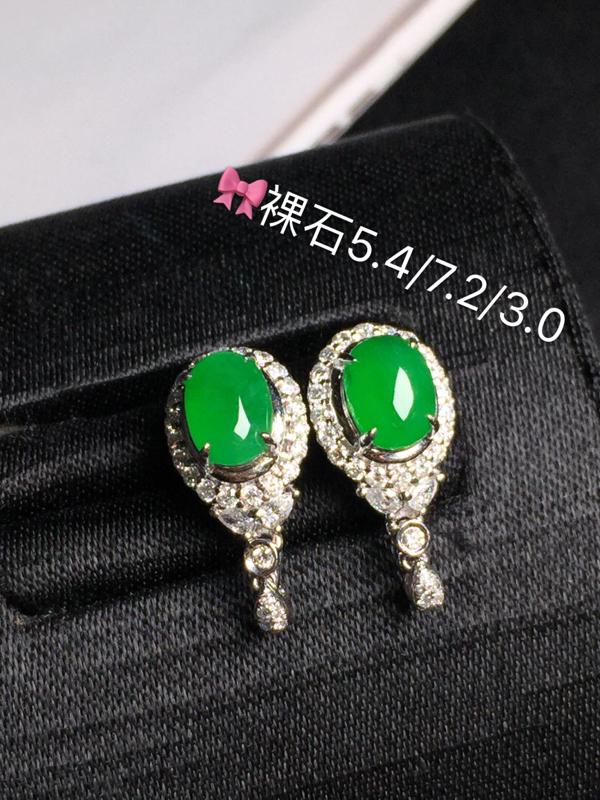 冰绿蛋面耳钉,饱满水润,玉质细腻光滑,款式精美,完美无瑕,18K金真钻,佩戴优雅高贵.含金尺寸:8.